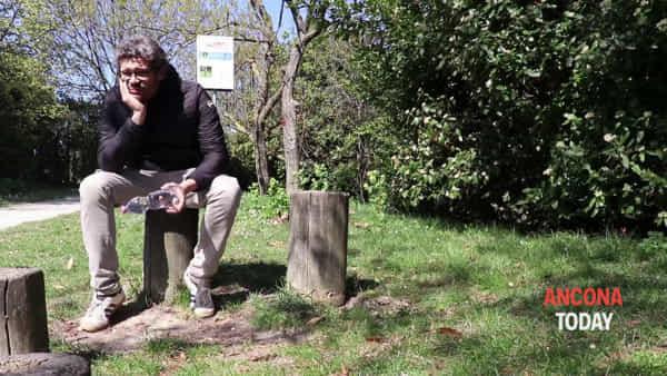 Bottiglia d'acqua vs pipì del cane, le reazioni dei cittadini– GUARDA IL VIDEO