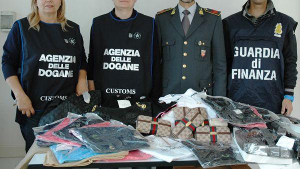 Sequestrate al porto di Ancona 7mila scarpe tarocche