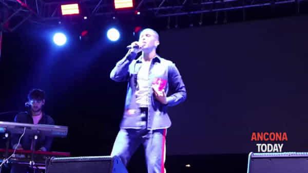 """""""Soldi"""", """"Barrio"""" e note arabe: Mahmood scende tra il pubblico e fa impazzire il Piano - VIDEO"""