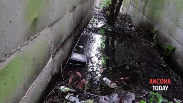 Era l'uscita pedonale di sicurezza, avventura da incubo sotto il viadotto – VIDEO
