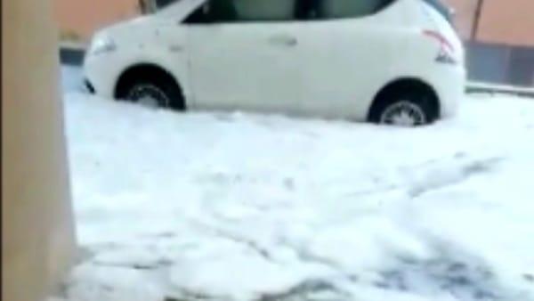 La grandine diventa un torrente: allaga le case e inonda le strade - IL VIDEO