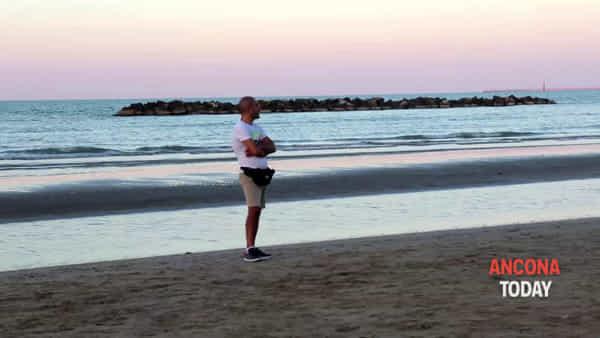 """Arte vs inquinamento, il """"Mitile ignoto"""" cattura la spiaggia - VIDEO"""