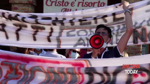 Degrado, si allarga la protesta contro il Comune: 5 frazioni in piazza | VIDEO