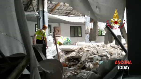 Crolla un solaio in un magazzino, le squadre dei soccorsi sul posto - VIDEO