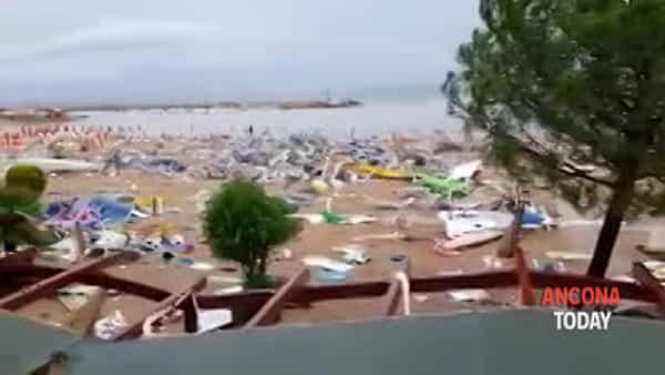 Maltempo, la spiaggia e gli stabilimenti sono devastati - VIDEO