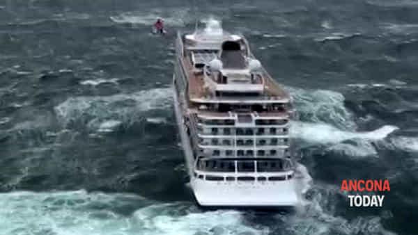 Nave in avaria, le immagini riprese da un elicottero dei soccorsi | VIDEO