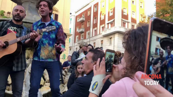 Bagno di folla per Mika, concerto in piazza con l'omaggio a Lucio Dalla - VIDEO