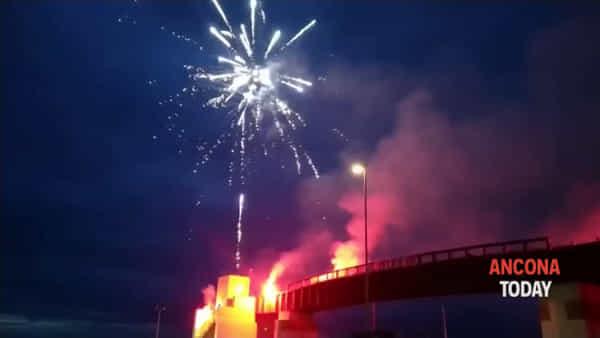 Fuochi d'artificio e fumogeni per festeggiare il Colle 2006, poi il grazie a medici e infermieri - VIDEO