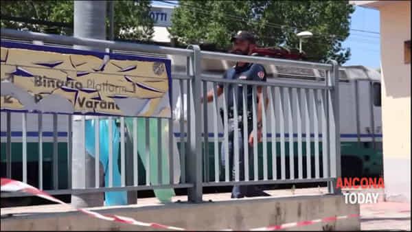 Investito e ucciso dal treno, le immagini dal luogo della tragedia | VIDEO