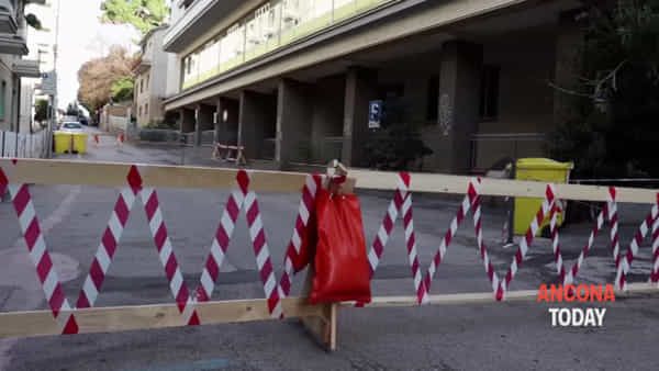Strada interrotta, niente parcheggi e caos viabilità: «Multe aumentate, guarda caso» | VIDEO