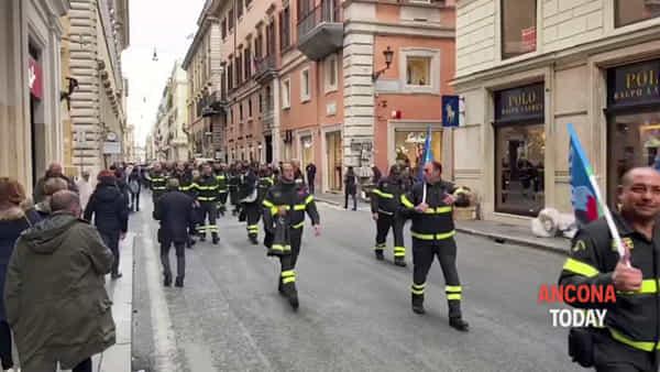 I pompieri inondano Montecitorio, in piazza anche i vigili del fuoco di Ancona   VIDEO