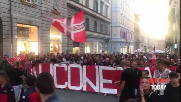 Cori e colori, i tifosi sfilano per la città: l'orgoglio biancorosso invade il centro - VIDEO