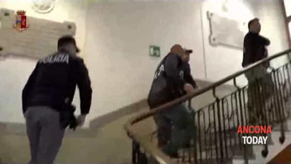 Corruzione in Comune, la polizia dentro gli uffici di Palazzo del Popolo | VIDEO