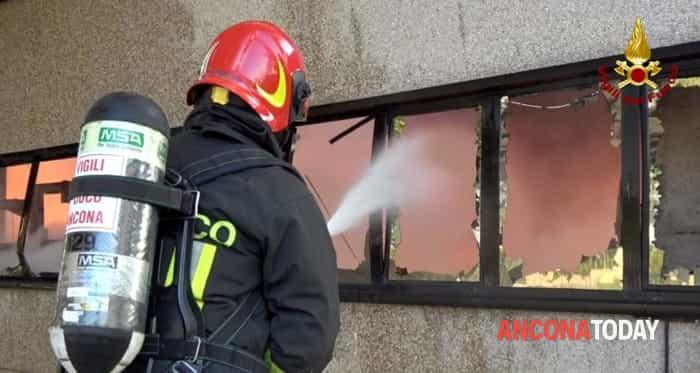 Incendio alla Tontarelli, vigili del fuoco all'opera3