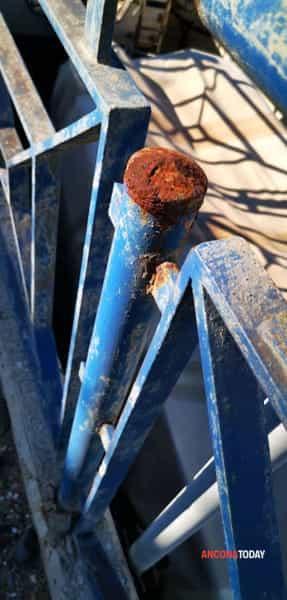 Crollo balaustra metallo al porticciolo di Torrette vicino ferrovia6